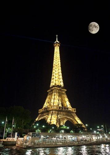 Tour-Eiffel-nuit-pleine-lune-Paris-2010-1.jpg